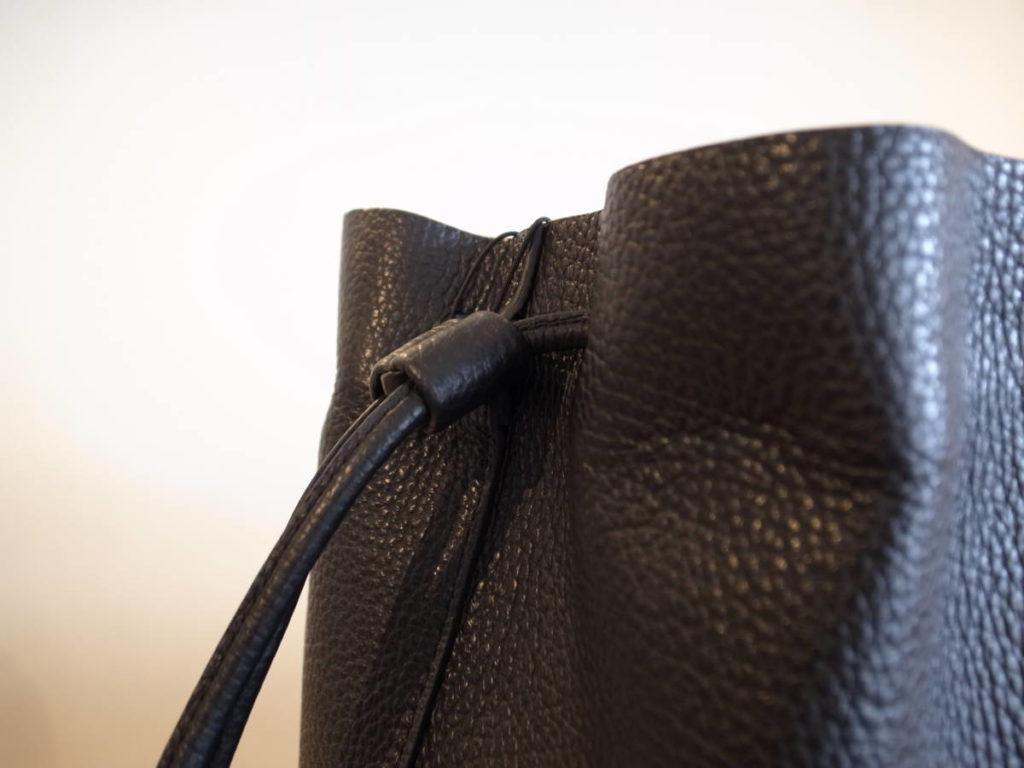 男女問わず使えるAeta(アエタ)の革バッグ。