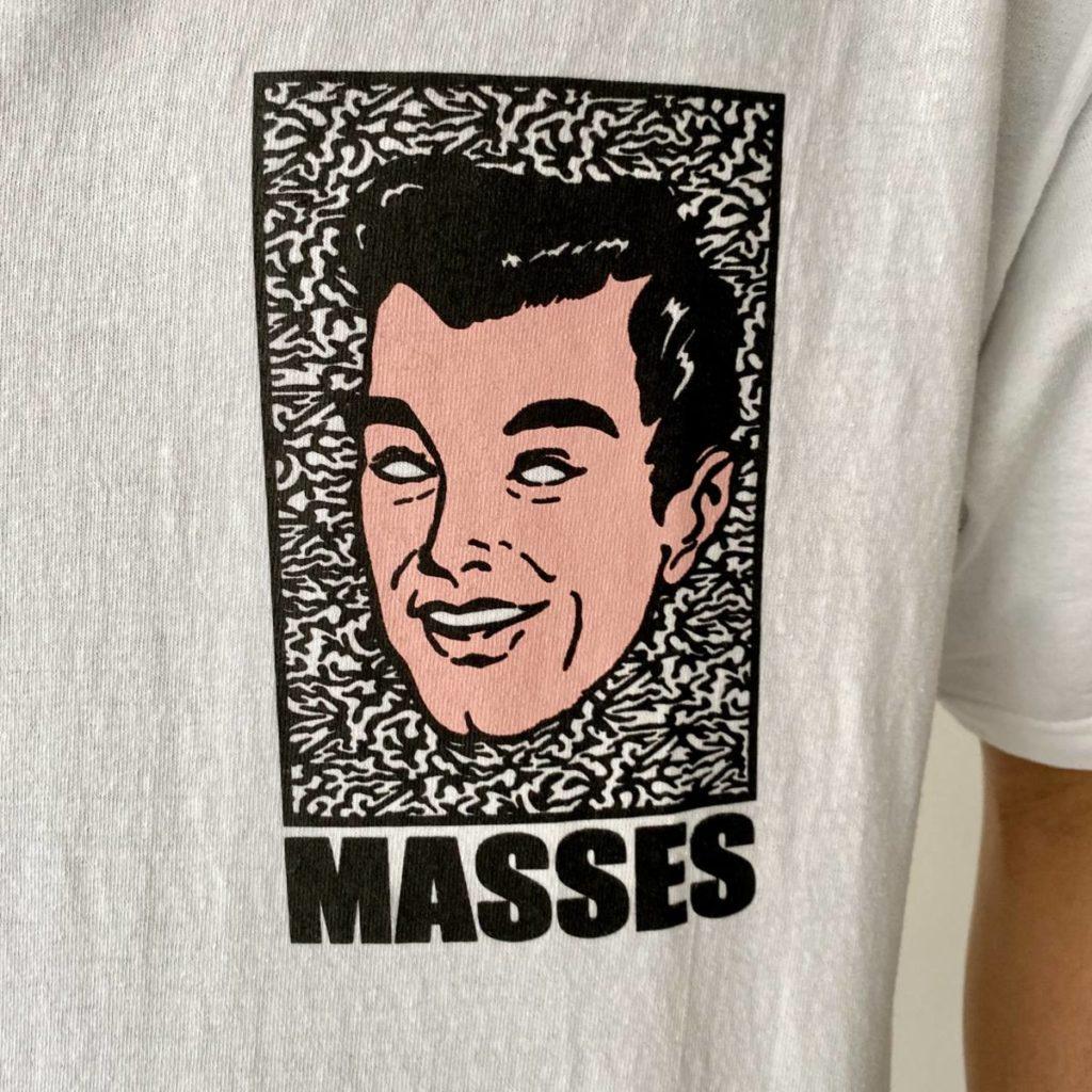 グラフィックと鮮やかな配色が目を惹くTシャツ。MASSES(マシス)
