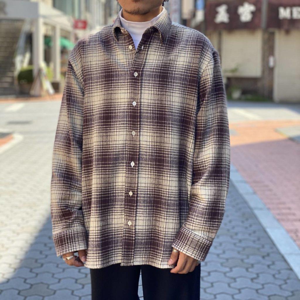 レイヤードスタイルが光る Graphpaper のモックネックTシャツ。
