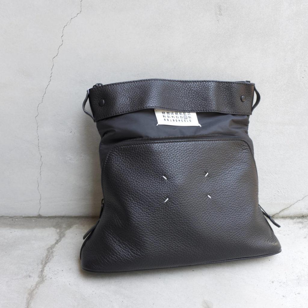 一つで二役こなしてくれる、上質なバッグ。Maison Margiela