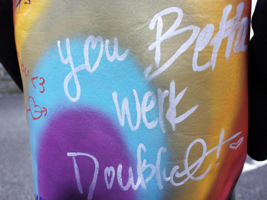 世界共通の「虹」がペイントされたコート。doublet