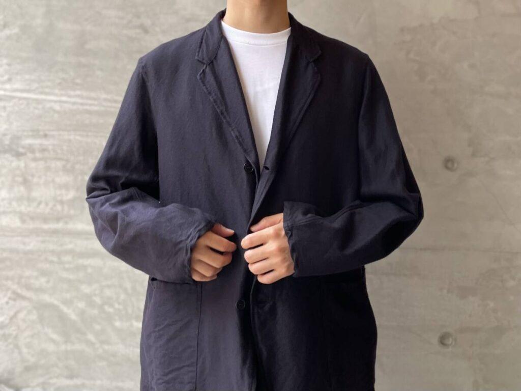 COMOLI のフランネルシルクのセットアップスーツ。