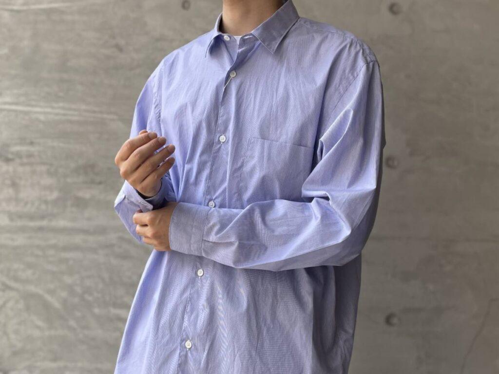 残暑の時期に気軽に羽織れる COMOLI のポプリンシャツ。