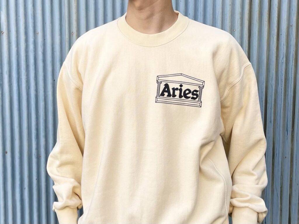 ARIES 定番のスウェットや T シャツ、 カーディガンを紹介します。